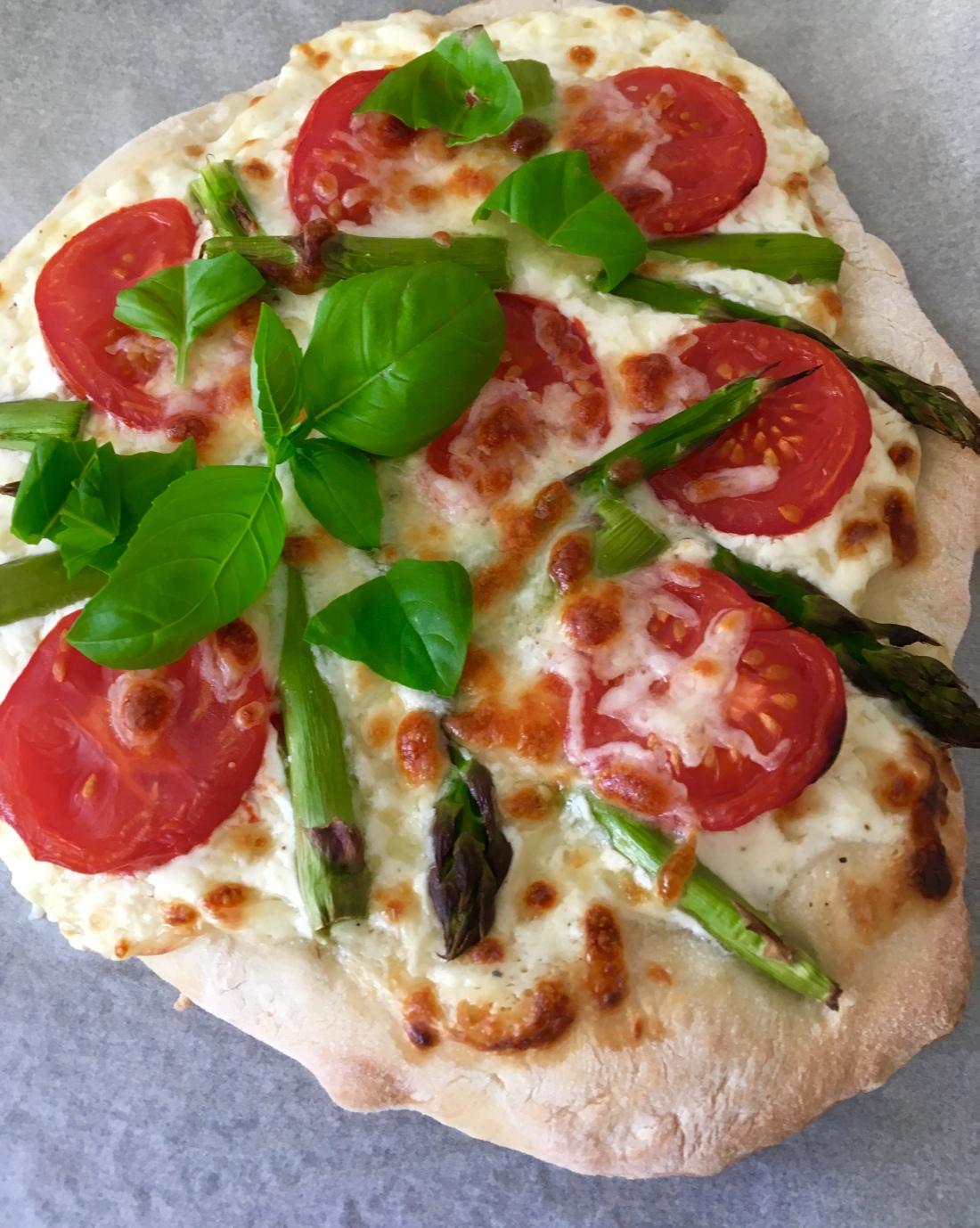Tssok, thesunnysideofkids, Pizza mal anders, grüner Spargel, jummy, lecker, aus der Küche, pizza,